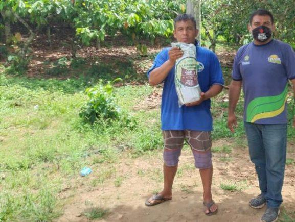 Idam realiza ações de entrega de kits sementes e cartão do produtor primário em Borba