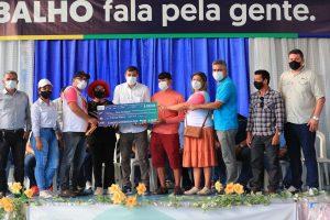Governador Wilson Lima entrega equipamentos, sementes e crédito a produtores rurais de Beruri